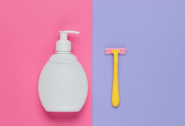Butelka żelu do depilacji, maszynka do golenia na kolorowym papierze