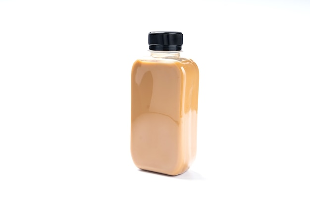 Butelka zimnego napoju napoju z mlekiem herbacianym, świeże śniadanie słodkie orzeźwienie z lodem, gorąca kawa i pyszna smaczna w szklankach, zielona latte i brązowa czekolada z białym kremem na białym tle
