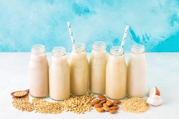Butelki alternatywnego mleka i składników do gotowania.