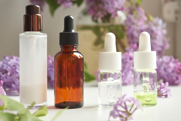 Butelki aromatycznego oleju z płatkami