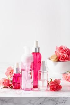 Butelki balsam do pielęgnacji skóry serum medyczne kwiaty róży. organiczny naturalny kosmetyk