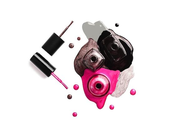 Butelki do paznokci islated na tle whie. splash w różnych kolorach. baner poziomy. koncepcja kosmetyków. na białym tle.