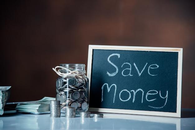 Butelki gotówki z monetami w oszczędzaniu pieniędzy koncepcji