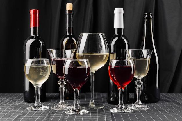 Butelki i kieliszki wina