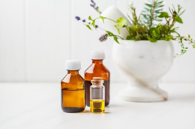 Butelki istotny olej, biały tło. koncepcja zdrowych kosmetyków.