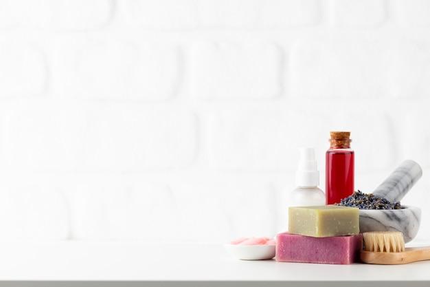 Butelki kosmetyczne i naturalne ręcznie robione mydło na białym tle