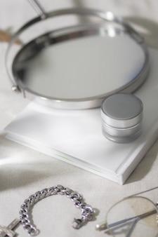 Butelki kosmetyczne srebrny produkt z akcesoriami i szkłem.