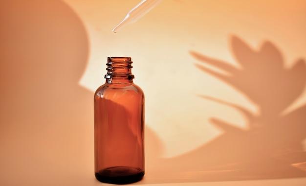 Butelki kosmetyczne z kontrastującymi cieniami, produkt organiczny, medycyna alternatywna. skopiuj miejsce