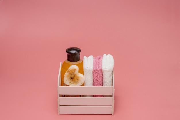 Butelki kosmetyczne z kosmetykami do pielęgnacji ciała. akcesoria do kąpieli, ręcznik i organiczny suchy szampon do higieny osobistej. codzienna koncepcja pielęgnacji ciała, organiczne produkty do kąpieli.