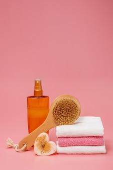 Butelki kosmetyczne z kosmetykami do pielęgnacji ciała. akcesoria do kąpieli, ręczników i organicznego suchego szamponu do higieny osobistej. koncepcja codziennej pielęgnacji ciała, organiczne produkty do kąpieli.