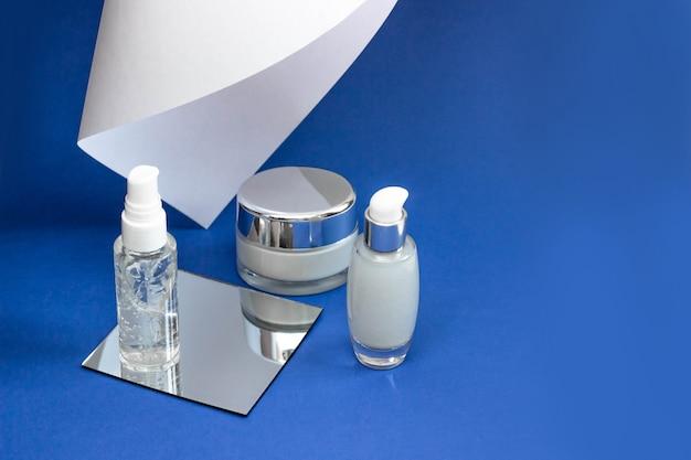 Butelki kosmetyczne z serum, żelem, kremem do twarzy. kosmetyki do skóry, minimalizm. pojęcie procedur salonowych.