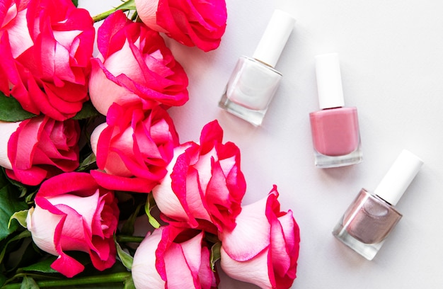 Butelki lakieru do paznokci i róż