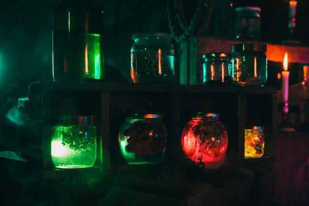 Butelki magicznych mikstur z trucizną w warsztacie wiedźmy alchemika. wnętrze mistycznego laboratorium