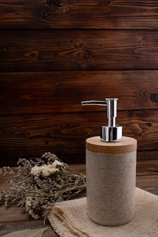 Butelki na drewniane tła koncepcja produktu kosmetycznego