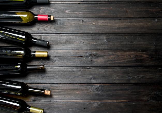 Butelki na wino białe i czerwone. na drewnianym.