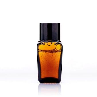 Butelki olejków eterycznych z bańki na białym tle.