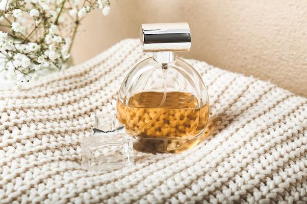 Butelki perfum na swetrze z dzianiny