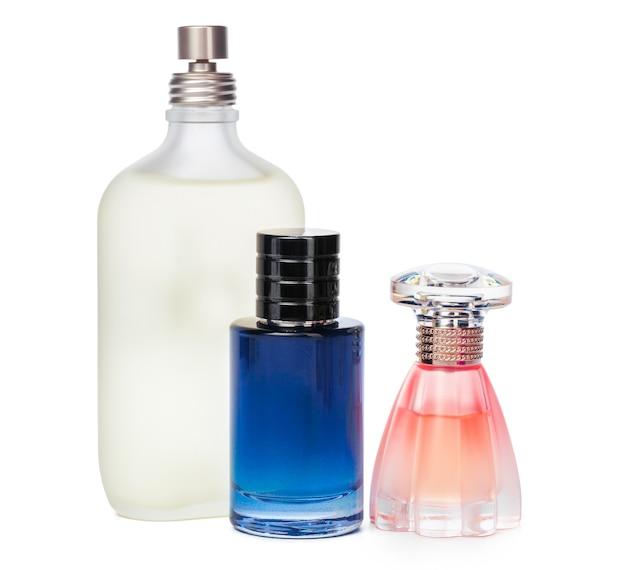 Butelki perfum wyizolowanych na białym tle
