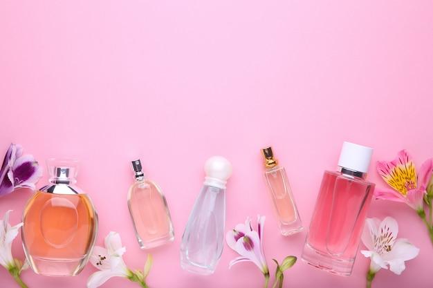 Butelki perfum z kwiatami na różowo