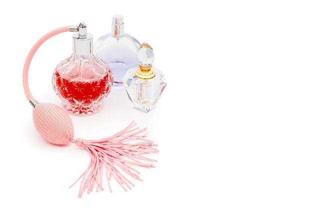 Butelki perfum z kwiatami. perfumy, kosmetyki, kolekcja zapachów. copyspace