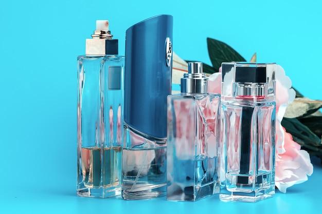 Butelki perfum z kwiatami