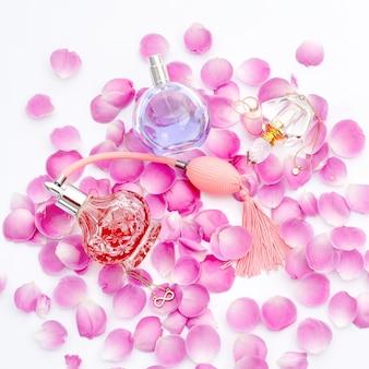 Butelki perfum z płatkami kwiatów. perfumy, kosmetyki, kolekcja zapachów