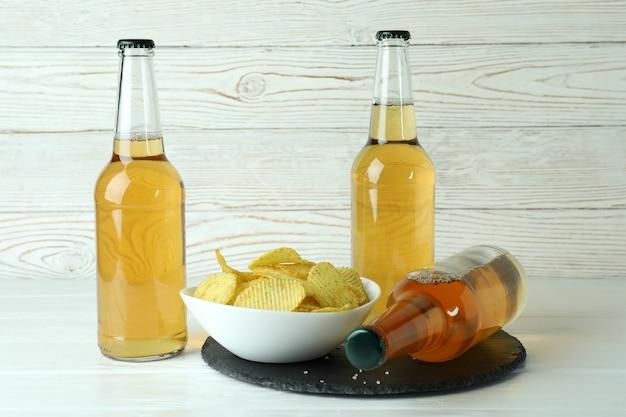Butelki Piwa I Frytki Na Białym Drewnianym Premium Zdjęcia
