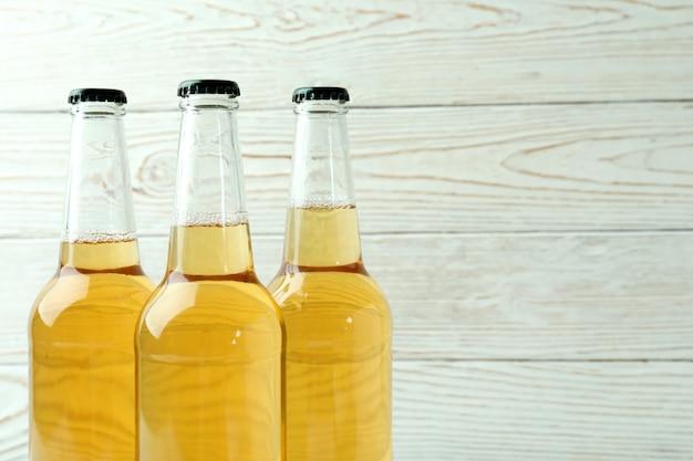 Butelki piwa na białym drewnianym