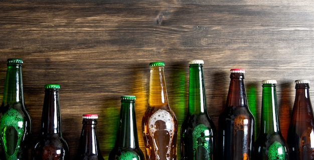 Butelki piwa na drewnianym stole. widok z góry