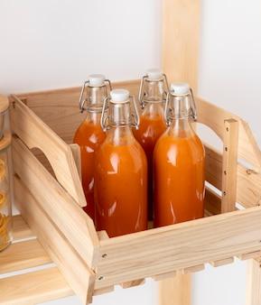 Butelki pod wysokim kątem w drewnianym pudełku