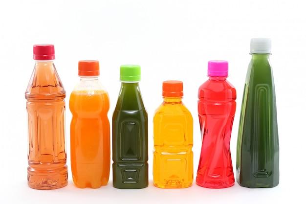 Butelki soki owocowe na białym tle
