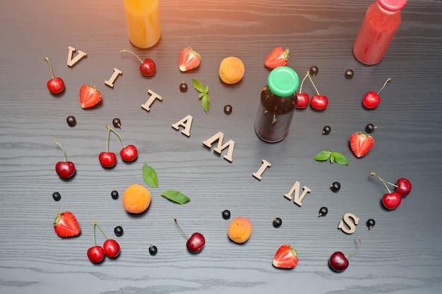 Butelki soku, napis witaminy i owoce.