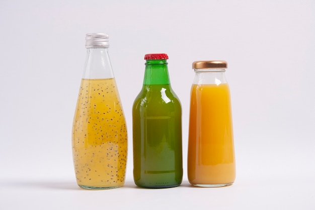Butelki soku owocowego. na białym tle. orientacja pozioma.