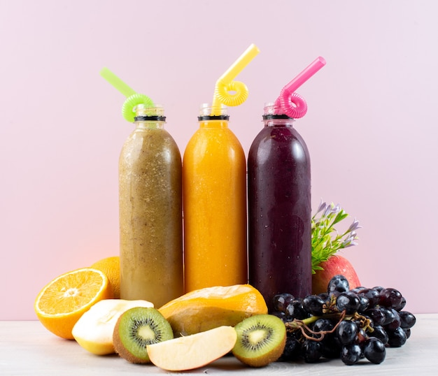 Butelki świeżego soku owocowego