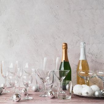Butelki szampana w okularach na stole