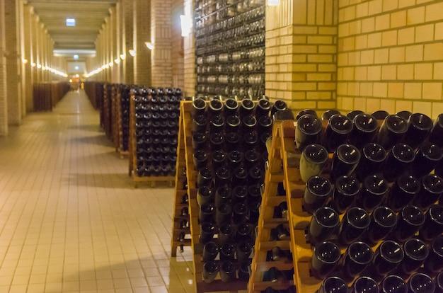 Butelki w pupitres, aby drożdże gromadziły się w szyjce butelki
