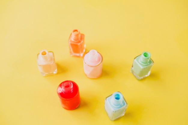 Butelki w zbliżeniu z lakierem do paznokci