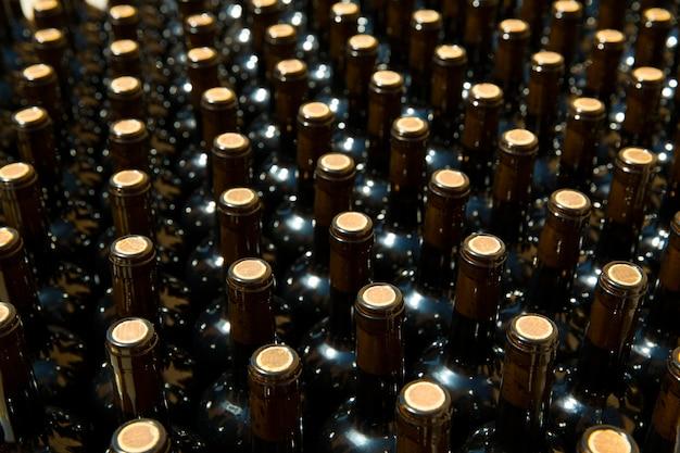 Butelki wina z rzędu jako wzór z korka