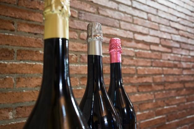 Butelki wino na ściana z cegieł tle