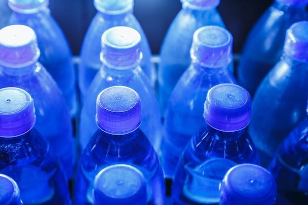 Butelki wody pitnej w wytwórni wody