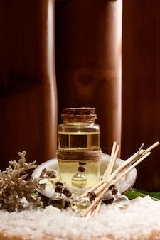 Butelki z bliska o różnych rozmiarach z organicznym olejem do pielęgnacji ciała, twarzy i masażu.