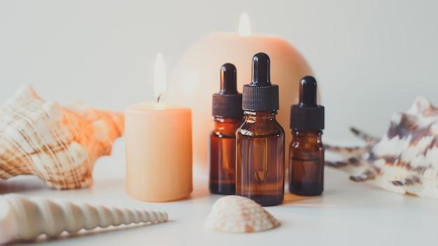 Butelki z brązowego szkła z olejkiem eterycznym z serum lub innym produktem kosmetycznym naturalny kosmetyk organiczny