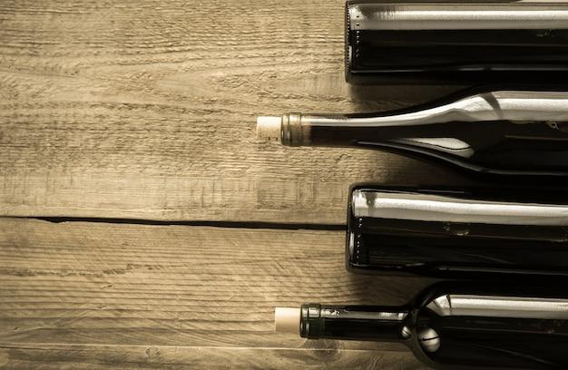 Butelki z czerwonym winem