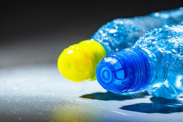 Butelki z czystą wodą mineralną. pojęcie zdrowego trybu życia