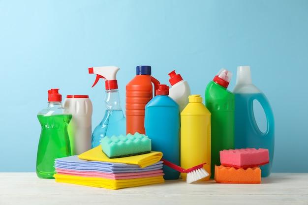 Butelki z detergentem i środkami czyszczącymi na niebiesko, miejsce na tekst