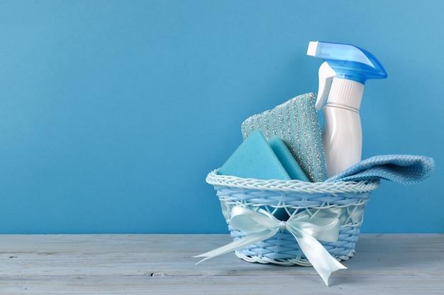 Butelki z detergentem. sprzątanie domu, mieszkania. inwentarz dla pokojówki. ochrona przed wirusami. dezynfekcja domu, biura, mieszkania.