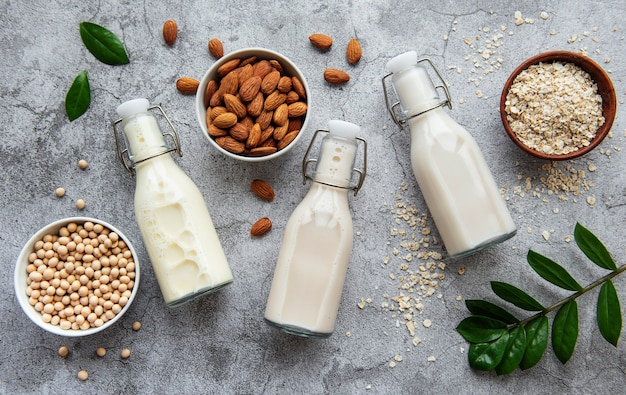 Butelki z innym mlekiem roślinnym - sojowym, migdałowym i owsianym