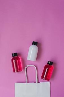 Butelki z kosmetykami do pielęgnacji skóry lub włosów.