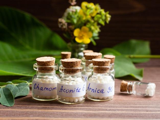 Butelki z kulkami homeopatycznymi.