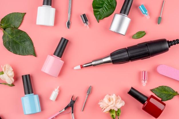 Butelki z lakierami do paznokci oraz narzędzia i akcesoria do zabiegów manicure i pedicure